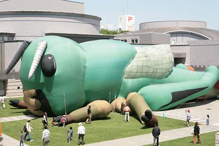 椿昇+室井尚『飛翔(プロジェクト・インセクト・ワールド)』2001年 水戸芸術館広場での展示風景 2008年 撮影:大谷健二