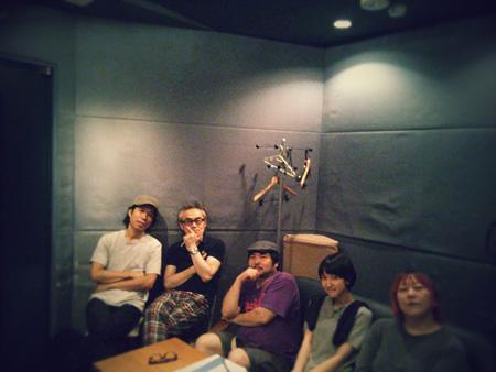 """""""ビートラム""""レコーディング時の写真 左からジョンB、中森泰弘、森信行、南壽あさ子、真城めぐみ"""