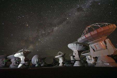 アルマ望遠鏡山頂施設(チリ・アタカマ高地) ©国立天文台