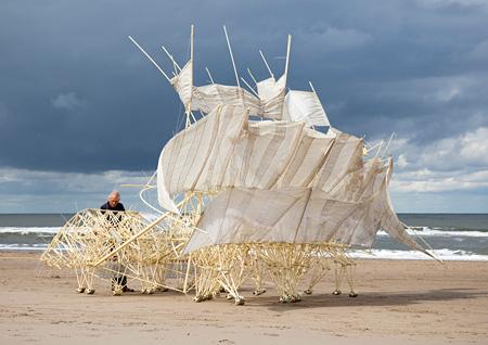長崎展のために帆船をイメージした新作を制作中のテオ・ヤンセン ©Theo Jansen