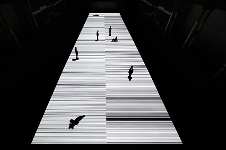 『test pattern [n°5]』, audiovisual installation, 2013 ©Ryoji Ikeda, photo by Zan Wimberley