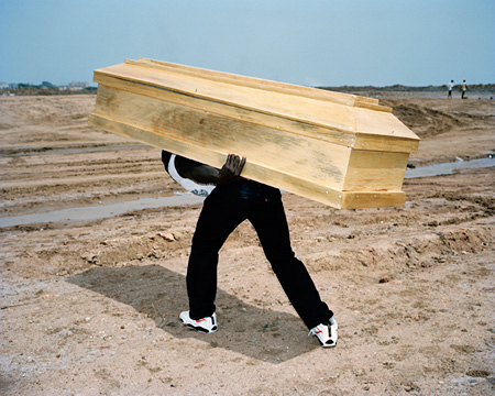『Coffin』 2007, ©Viviane Sassen, Courtesy G/P gallery