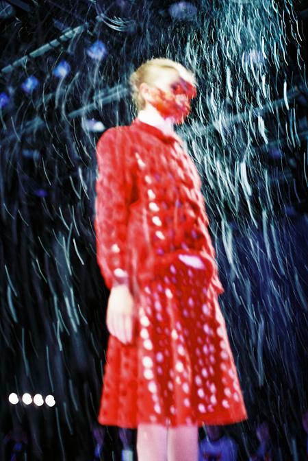 ANREALAGE『SEASON』2014-2015秋冬コレクション 2014年 株式会社アンリアレイジ蔵 photo by Yoshiyuki Okuyama( band )