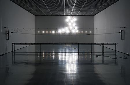 タムラサトル『100の白熱灯のための接点』2010年 鶴岡アートフォーラム 2010 撮影:木暮伸也