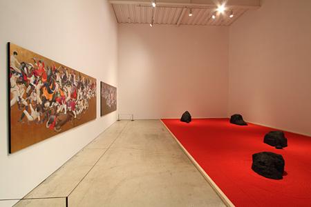 天明屋尚『韻』 (installation view)2012年 撮影:宮島径、©TENMYOUYA Hisashi Courtesy Mizuma Art Gallery
