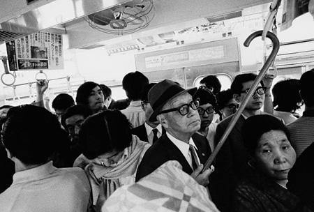 山手線の車内 1971年 ©mike nogami