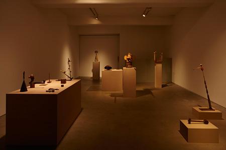 山本桂輔 2012年 個展『Brown Sculptures』展示風景(会場、小山登美夫ギャラリー)