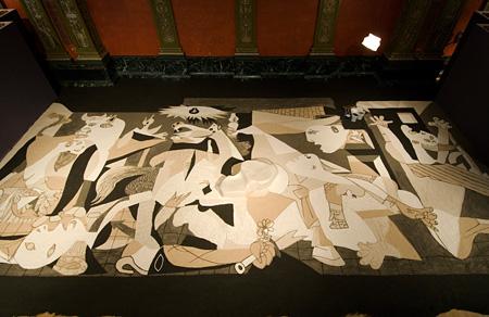 リー・ミンウェイ『砂のゲルニカ』 2006年 展示風景:シカゴ・カルチュラル・センター、2007年 所蔵:財團法人榮嘉文化藝術基金會、新竹、台湾 撮影:Anita Kan