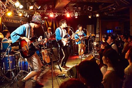 2014年11月17日に東京・下北沢のBASEMENTBARで行われた荒川ケンタウロス単独公演の模様