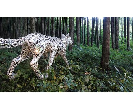 『獣の皮を被り 草の編みもの 東吾野の森プレビュー(昼)』 ©Tomoko Konoike