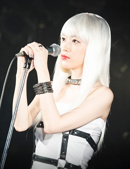 ガールズバンドのボーカル・タバサ役の成海璃子 ©「怪奇恋愛作戦」製作委員会