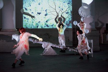 前作『see / saw』の公演写真 photo:Hideto Maezawa
