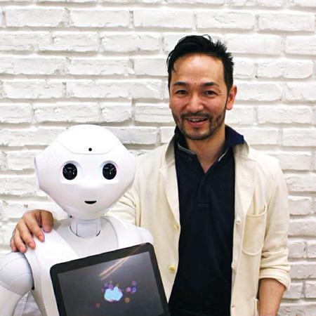 林要(ソフトバンクロボティクス)とロボット「Pepper」