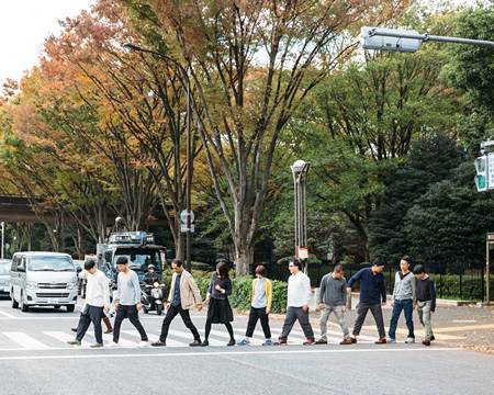 『10人でできること:「歩幅を使って横断歩道䛾長さを測る」』 (Photo:川瀬一絵)
