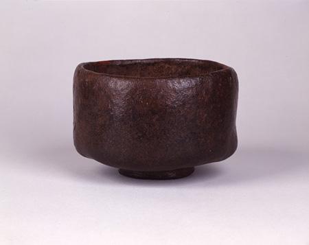 長次郎『太夫黒』安土桃山時代 黒樂茶碗 7.2×10.9 cm 所蔵:北村美術館、京都