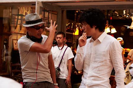 SABU監督と松山ケンイチ ©2015『天の茶助』製作委員会