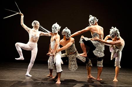 TPAMディレクション 横堀ふみディレクション ピチェ・クランチェン 『Black & White』Photo by Yi-Chun Wu/ Courtesy of Esplanade-Theatres on the Bay