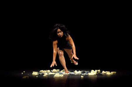 TPAMディレクション タン・フクエンディレクション ムラティ・スルヨダルモ 『BORROW + EXERGIE – butter dance』©melatisuryodarmo