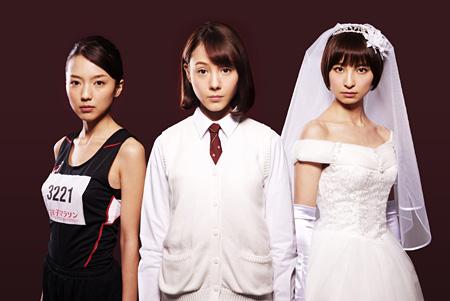 左から真野恵里菜、トリンドル玲奈、篠田麻里子 ©2015「リアル鬼ごっこ」フィルムコミッティ