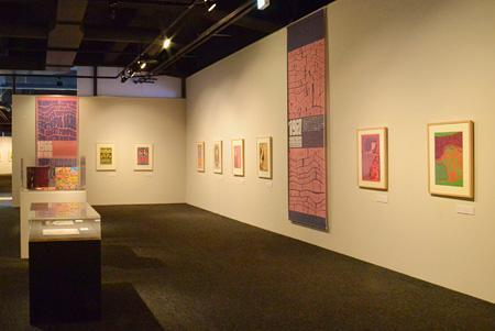 『竹尾ポスターコレクション・ベストセレクション09「サイケデリック・ポスター ロック音楽とグラフィックデザイン」』2014年に開催された多摩美術大学美術館での展示風景