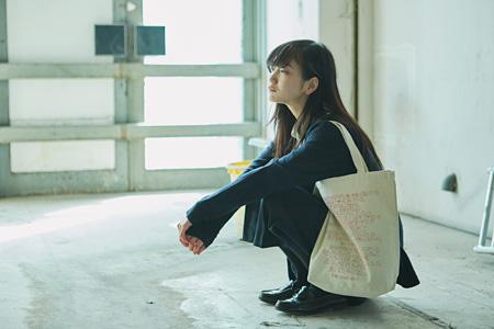 『星か獣になる季節』トートバッグ(写真:東谷忠、モデル:ゆきな、AD:佐山太一)