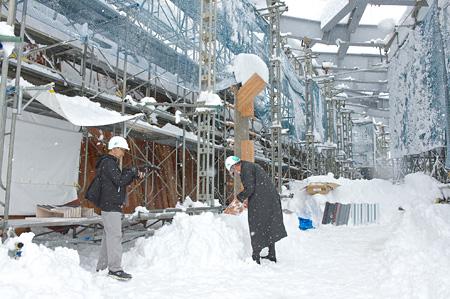 長野県飯山市の飯山ぷらざで現場確認をする隈研吾と撮影する岡博大