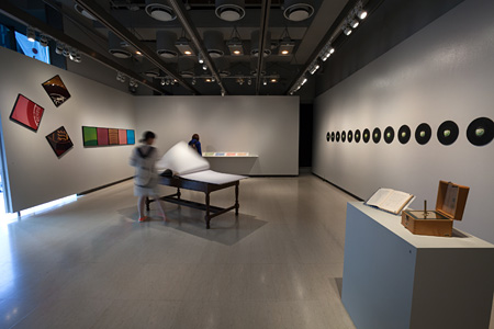 『phono/graph ─ sound,letters,graphics』(2014年)より展示風景 ギンザ・グラフィック・ギャラリー(ggg)、東京