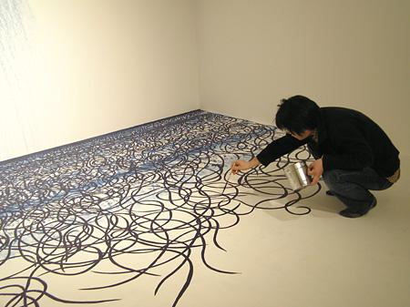 『海の壁-生成する庭』制作風景(横浜美術館、2006年) ©Takashi Ishida