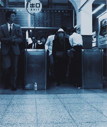 小沢剛『地蔵建立――上野駅[東京]』1988年 ラムダプリント 18.2×15.3cm 所蔵:森美術館、東京 ©MORI ART MUSEUM All Rights Reserved.