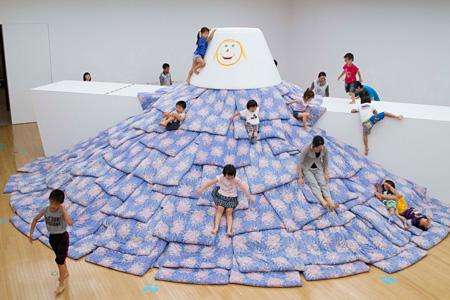 小沢剛『あなたが誰かを好きなように、誰もが誰かを好き』2012年  写真:青木兼治 展示風景:豊田市美術館