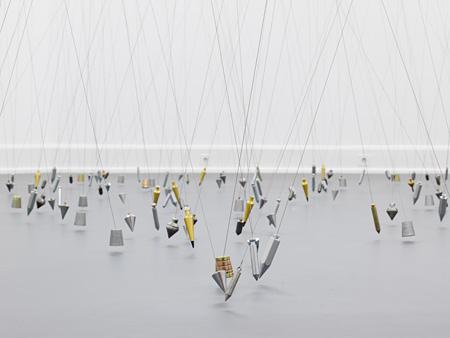 Tatiana Trouvé『250 Points Towards Infinity』 (2009) Photo: Annette Kradisch ©JASPAR, Tokyo, 2015(2009年にミグロ美術館で開催された展覧会での展示風景)
