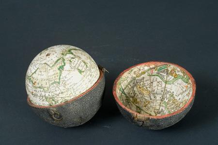 『地球儀とガルシャ張りのケース』18世紀 アキテーヌ博物館 ©Musée d'Aquitaine - Mairie de Bordeaux. Cliché L. Gauthier