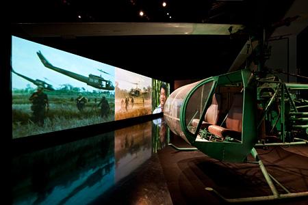 ディン・Q・レ『農民とヘリコプター』2006年 3チャンネルビデオ、カラー、サウンド、ヘリコプター 15分 Commissioned by Queensland Gallery of Modern Art, Australia