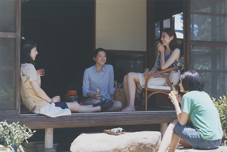 『写真集「海街diary」』より ©2015 吉田秋生・小学館/フジテレビジョン 小学館 東宝 ギャガ