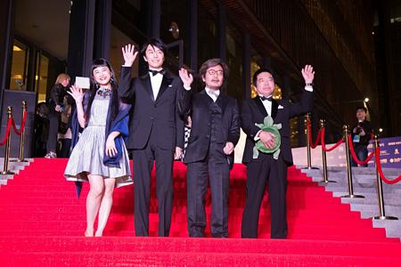 『第5回北京国際映画祭』より左からIZUMI、長谷川博己、園子温監督、大月俊倫プロデューサー ©「ラブ&ピース」製作委員会