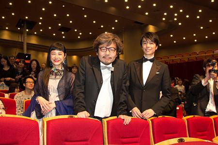『第5回北京国際映画祭』より左からIZUMI、園子温監督、長谷川博己 ©「ラブ&ピース」製作委員会