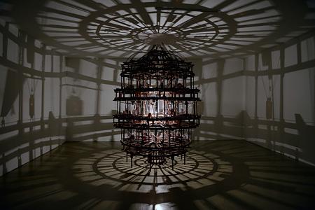 ヤン・ジョンウク『疲れはいつも夢とともに』2013年 木、モーター、糸 撮影:Kim Namhee