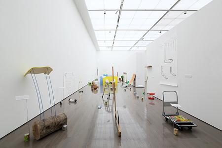 小林耕平『L字とミミズ』2014年 ミクストメディア 『1974 第一部 1974年に生まれて』展示風景、群馬県立近代美術館、2014年 撮影:大西正一 提供:YAMAMOTO GENDAI