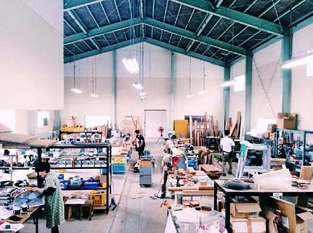 TORAFU ARCHITECTS 「AAスツール」を製作する石巻工房の工房風景