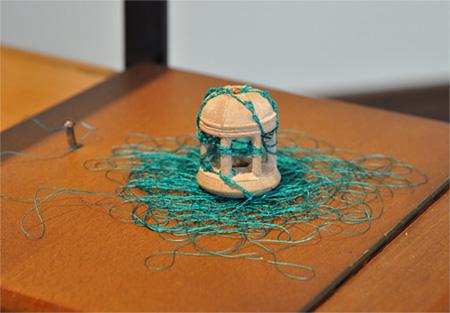 高田安規子・政子『展望台』木製ボビン、縫い糸 サイズ可変 2012 Courtesy of Röentgenwerke AG