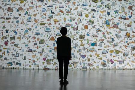 林勇気『もうひとつの世界』ヴィデオインスタレーション サイズ可変 2014 芦屋市立美術博物館での展示風景 撮影:表恒匡 音楽:Polar M Courtesy of Gallery Hosokawa