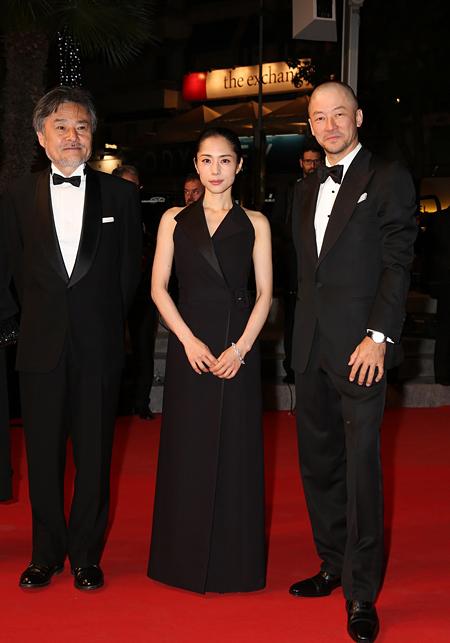 左から黒沢清監督、深津絵里、浅野忠信 ©Kazuko Wakayama