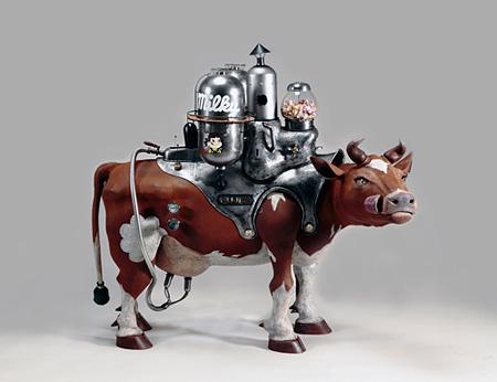 内田望『milky cow』(鉄・ガラス・真鍮・木・ステンレス)2015年