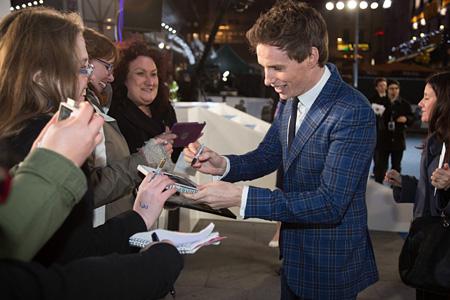 2014年にロンドンで行われた『博士と彼女のセオリー』プレミア上映会でのエディ・レッドメイン ©UNIVERSAL PICTURES