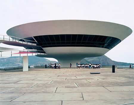 オスカー・ニーマイヤー『ニテロイ現代美術館』 撮影:Takashi Homma 2002年