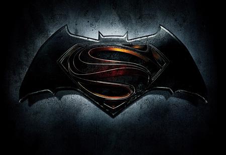 『バットマン vs スーパーマン ジャスティスの誕生』ロゴ ©2015 WARNER BROS. ENTERTAINMENT INC., RATPAC-DUNE ENTERTAINMENT LLC AND RATPAC ENTERTAINMENT, LLC