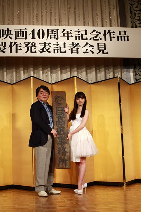 『セーラー服と機関銃 -卒業-』製作発表記者会見での橋本環奈と原作者・赤川次郎