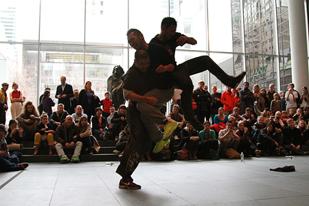 contact Gonzo パフォーマンス風景「Performing Histories: Live Artwork Examining the Past at The Museum of Modern Art, New York」2013年/ニューヨーク近代美術館 Photo by Choy Kafai