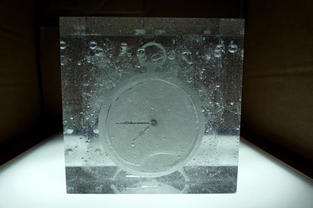 宮永愛子『Waiting for awakening -clock-』2014 立体(素材:ナフタリン、樹脂、ミクストメディア) ©MIYANAGA Aiko Courtesy Mizuma Art Gallery