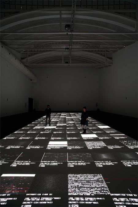 池田亮司『data.tecture [5SXGA+ version] , audiovisual installation』2012 Photo:Marcos Morilla, courtesy of LABoral Centro de Arte y Creación Industrial ©Ryoji Ikeda
